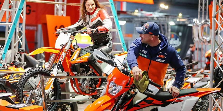 Model Louisa talks to a worker while seated on a KTM 350 SX-F at the stand of the Austrian motorcycle builder at the motorcycle fair in Leipzig, Germany, 1 February 2018. Some 300 exhibitors will show their new products between the 2nd and the 4th of February 2018. Up to 50000 visitors are expected. Stunt shows involving a Globe of Death are planned, as well as SuperMoto race events and fashion shows featuring motorcycle gear. Photo: Jan Woitas/dpa-Zentralbild/dpa Reporters / DPA