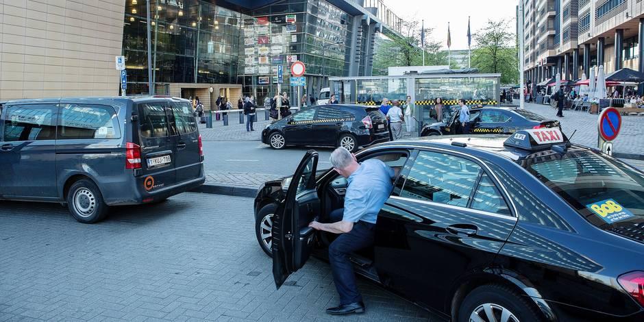 Taxis officiels devant la gare du Midi